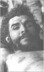 Acercamiento al Che muerto.