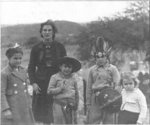 Con sus hermanos y su madre. Segundo de derecha izquierda.
