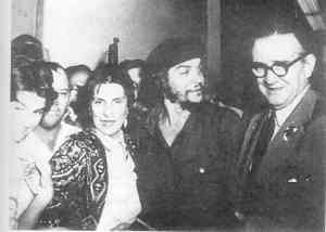 Che Guevara with his parents at the airport of La Habana.